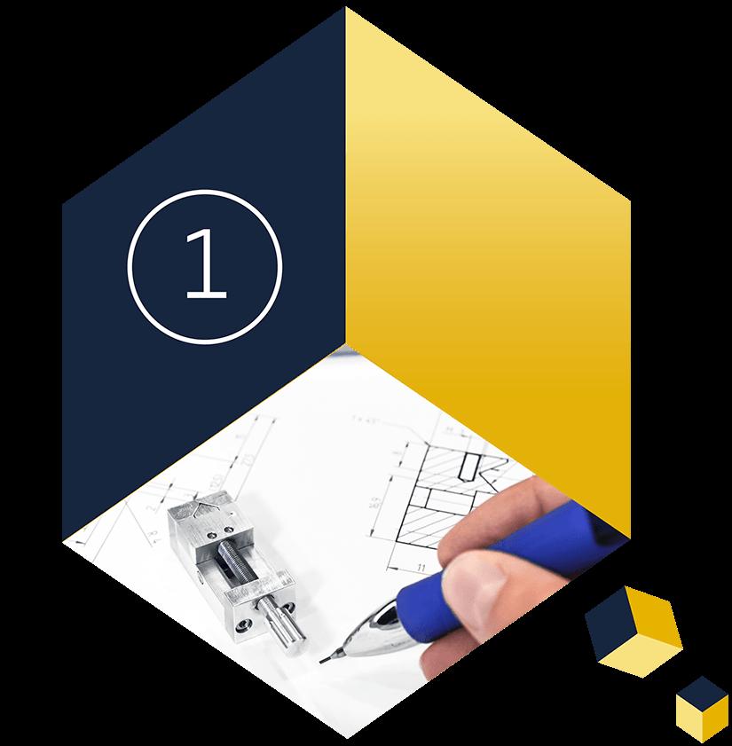 Auf einem Würfel sehen Sie eine CAD Zeichnung, einen winzigen Parallelschraubstock und eine schreibende Hand